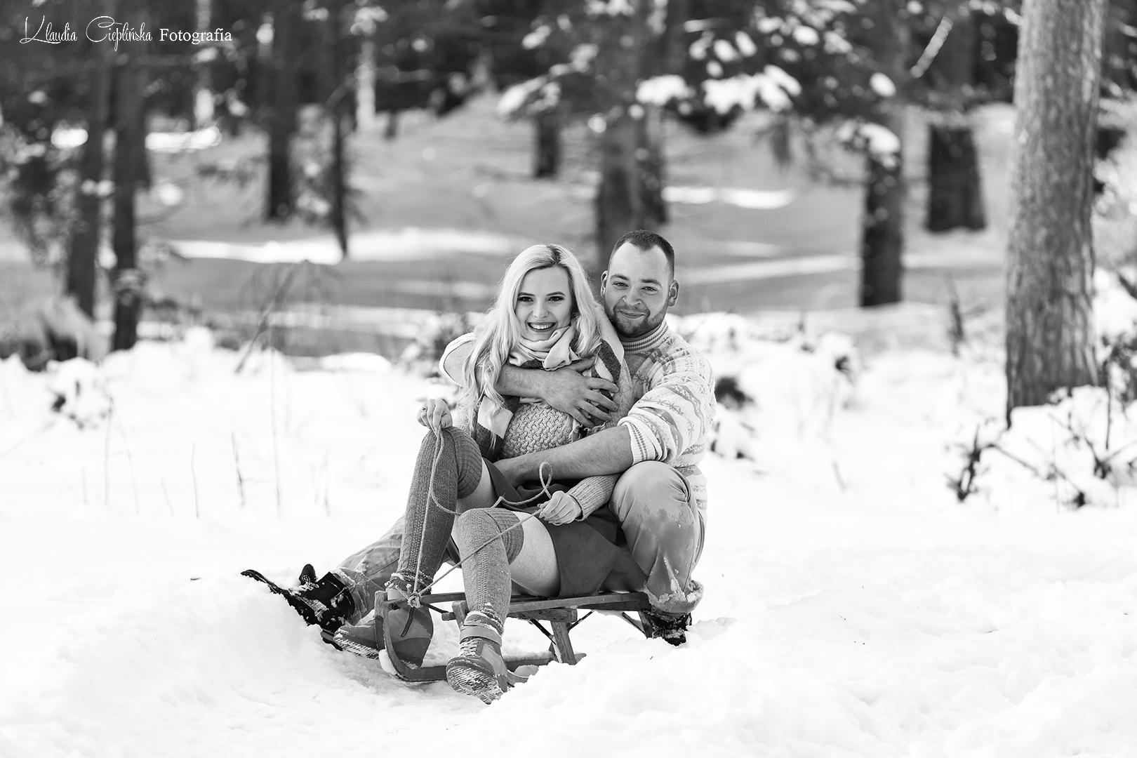 Sesja plenerowa zimą. Fotografia Jelenia Góra - profesjonalne sesje narzeczeńskie, pary, rodzinne.
