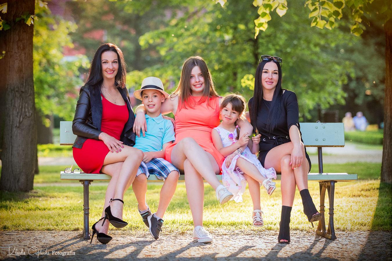 Zdjęcia rodzinne - plener Jelenia Góra. Artystyczna fotografia rodzinna - fotograf Klaudia Cieplińska. Sesje okolicznościowe - chrzest, komunia, inne okazje rodzinne.