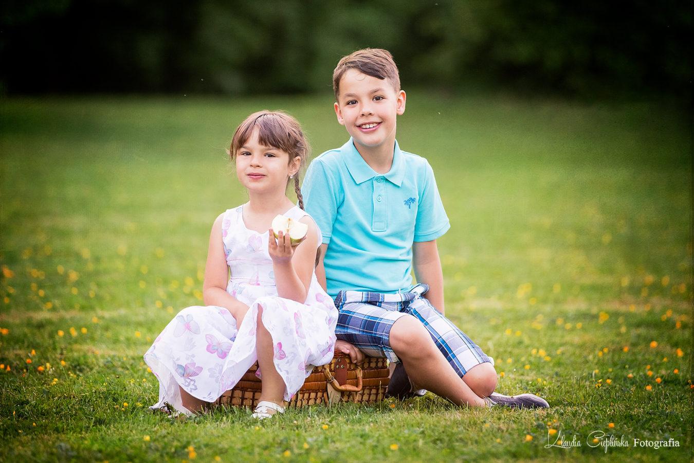 Bardzo rodzinne sesje plenerowe, pełne zabawy i uśmiechu. Profesjonalna fotografia rodzinna Jelenia Góra. Klaudia Cieplińska - Wasz rodzinny fotograf.